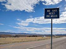 「給油所などはこの先150マイル(240km)ないので注意」という道路標識