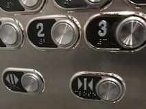 エレベーターの閉じるボタン