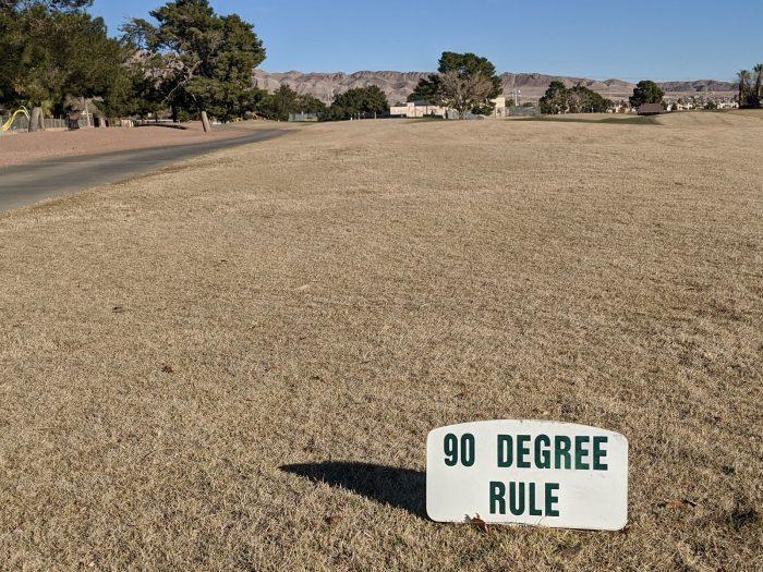 90度ルールを示す表示プレート。