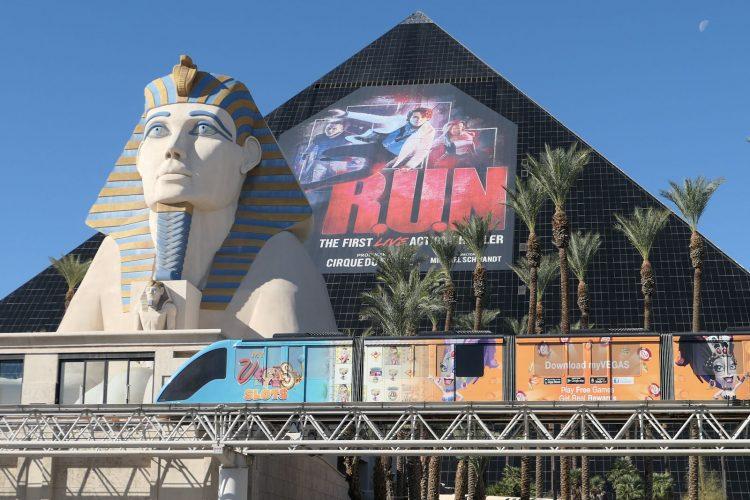 壁面に描かれているのはシルクのショー「R.U.N」の広告