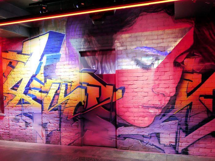 R.U.N シアター内の通路に描かれている壁画