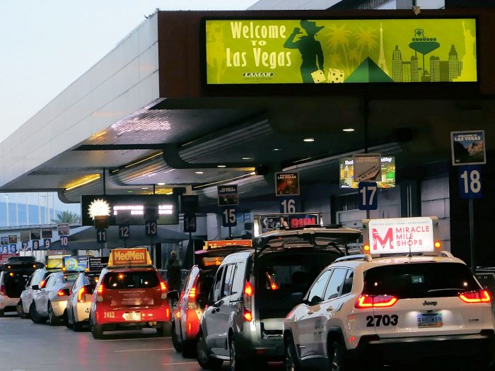 空港のタクシー乗り場で乗客を待つタクシー