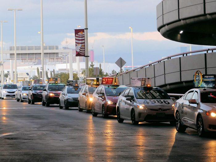 空港で乗客を待つタクシーの列