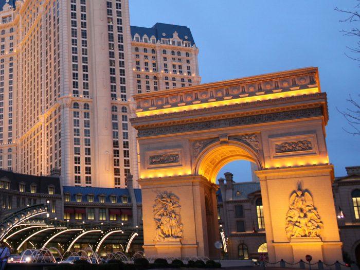 パリスホテルの正面玄関前にある凱旋門