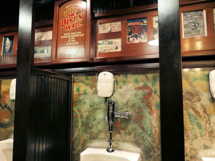 メインストリートホテルの男子トイレの中にあるベルリンの壁の一部