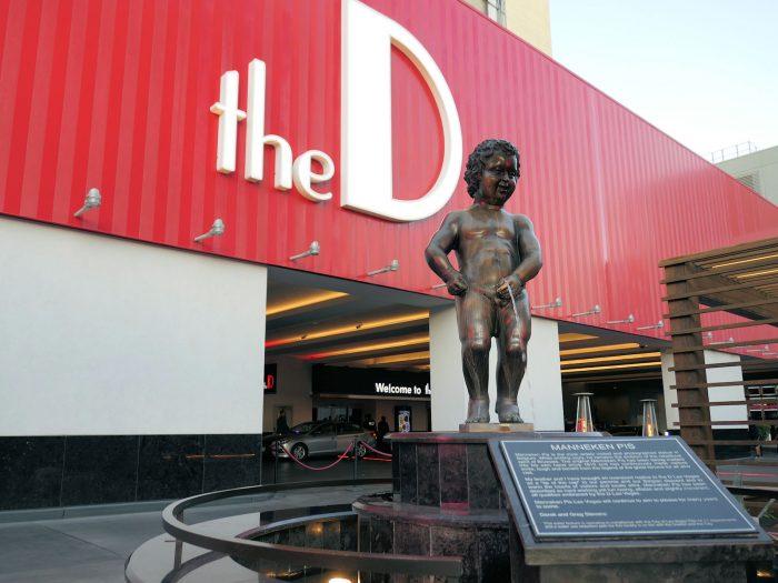 The D Hotel の正面玄関前にあるベルギーの小便小僧