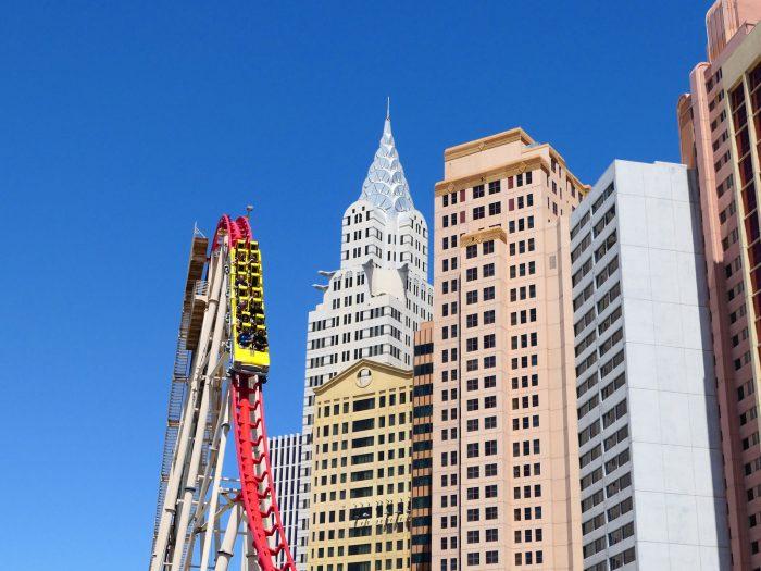 先端がとんがった銀色の高層ビルがクライスラービル