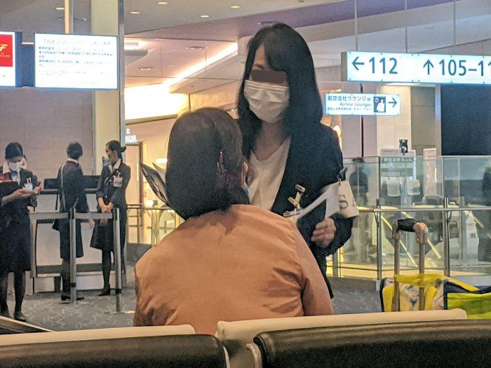 中国への渡航歴を質問しているTSAスタッフ