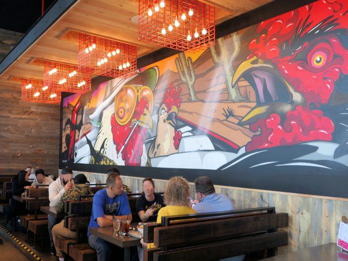 壁には、ニワトリを題材にした珍妙なアートが飾られている