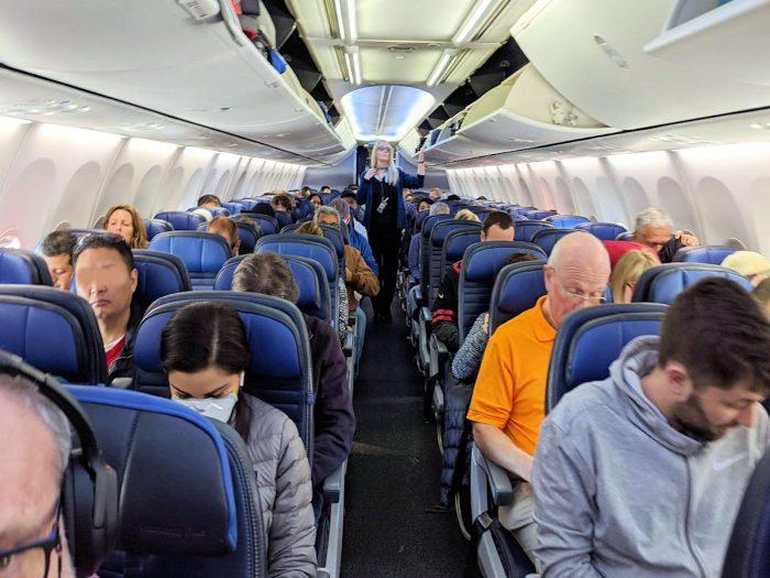 国内線 UA358便の機内。この写真ではマスク着用者はひとり。