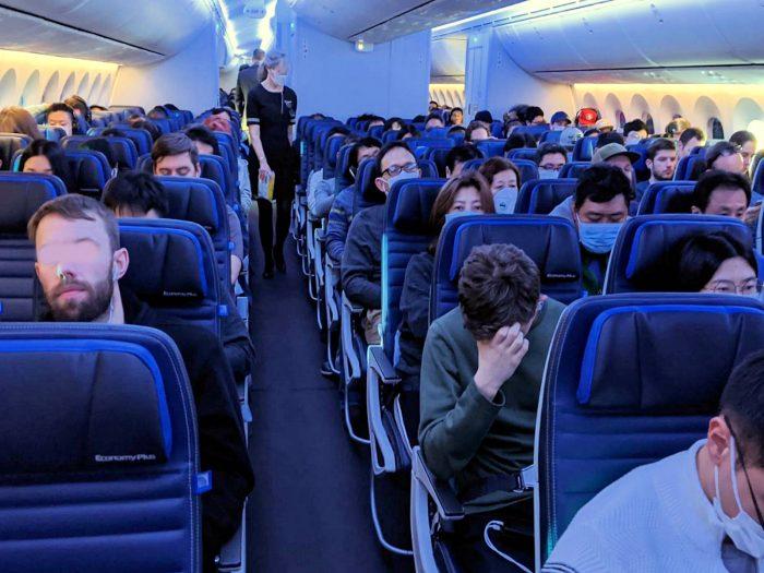 UA876便の機内。客室乗務員もマスクをしていることがわかる。