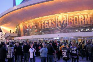 プロアイスホッケー NHL の、ベガス対ニュージャージーの試合会場に集まるファン。(3月3日撮影)