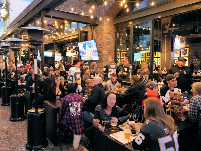 試合開始前に、アリーナの近くのビールパブで盛り上がるゴールデンナイツのファンたち。