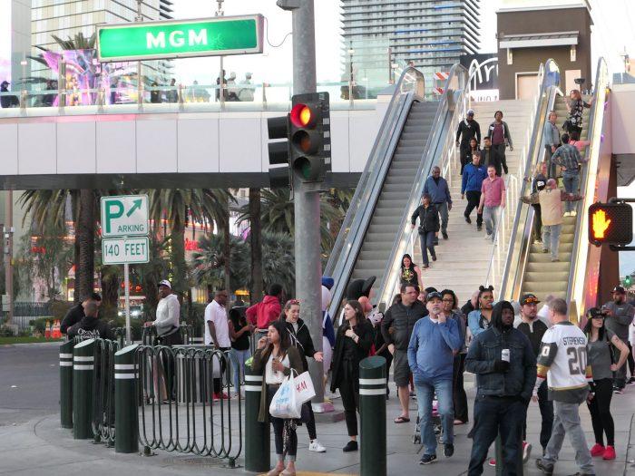ここでもマスク着用者は一人もいない。後方は、つい先日 PARK MGM ホテルの前に完成した歩道橋。