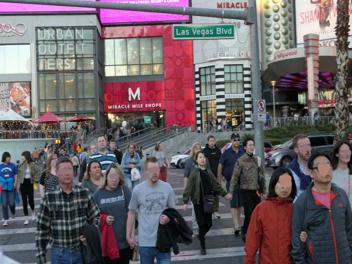 プラネットハリウッドホテルとベラージオホテルを結ぶ横断歩道。マスク着用者は一人もいない。