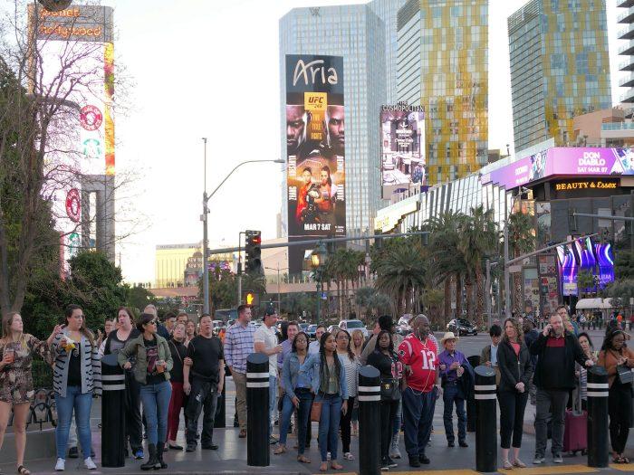 パリスホテルとプラネットハリウッドホテルの間の交差点。マスク着用者は一人もいない。