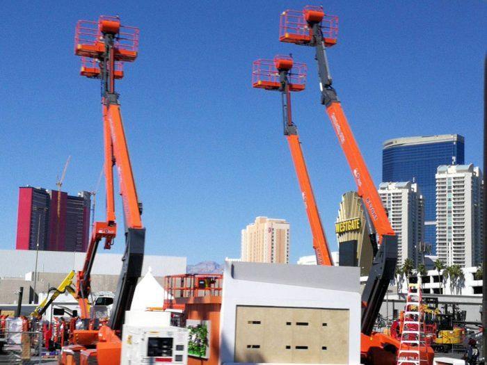 建設機械が並ぶ屋外展示スペース。(晴天だった 3月8日に撮影)