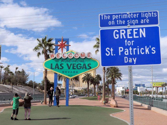 セントパトリックスデーにちなんで緑色になったウェルカム・サインだが、今年は例年になく人がまばら。