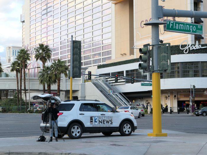 繁華街のド真ん中ともいえる交差点で、静まり返ってしまった街の様子を撮影するテレビ局。
