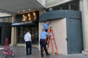 板を貼り付け入口の回転ドアを封鎖する BELLAGIO ホテルのスタッフ。(このページ内に掲載されている写真は、すべて 3月17日の午後に撮影されたものです)