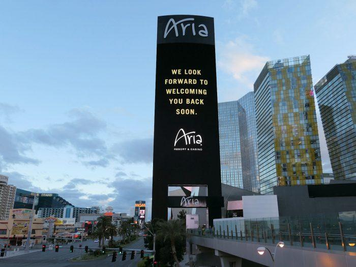再会を歓迎したい旨を伝える ARIA ホテルの広告塔