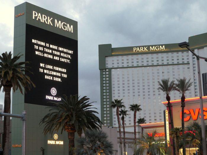 巨大広告塔で、「健康と安全が何よりも重要」との理由を掲げ、閉鎖を告知する PARK MGM ホテル。
