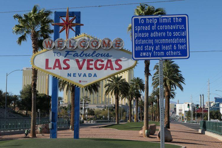 人気の写真撮影スポット「ようこそラスベガス」のサイン。通常はたくさんの人で賑わっているが、この写真の撮影時(3月24日 5pm)はだれもいなかった。右上に見える青い看板に注目。