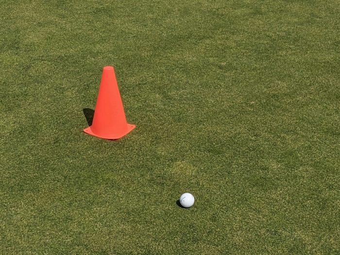 グリーン上に旗はなく、工事現場などで見られるオレンジ色のコーン(cone)が置かれているだけ。