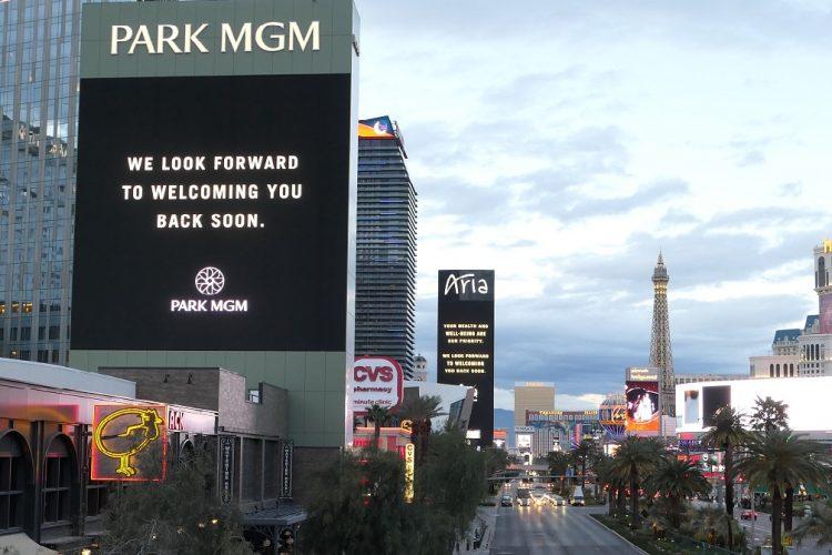 営業停止中の PARK MGM ホテルと交通量が少ないストリップ大通り