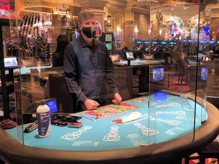ベラージオホテルのカジノのスリーカードポーカーのテーブル