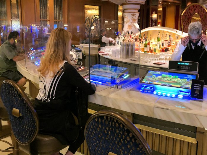 ベラージオホテルのカジノ内のバーカウンター