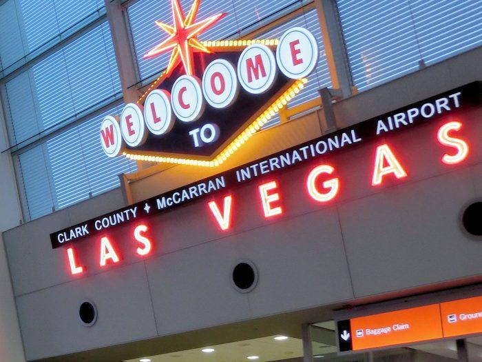 McCarran International Airport と書かれた文字が読み取れる。