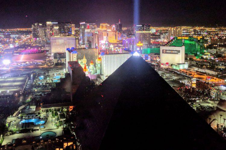ピラミッド型のカジノホテルとして知られる LUXOR。