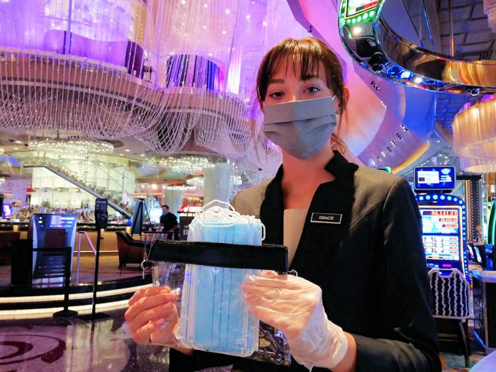 快く写真撮影に応じてくれた Gracieさん。入口付近で訪問者にブルーのマスクを配布。(スタッフのマスクはグレー)