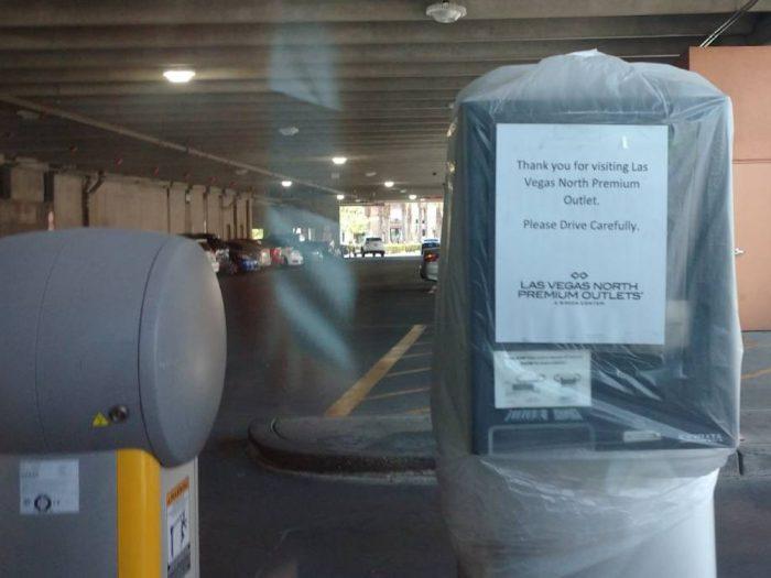 駐車場の精算機には袋が被せられている