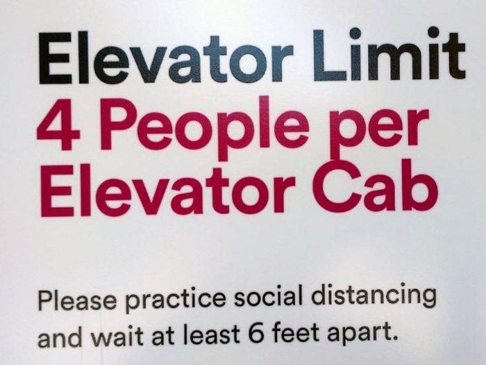 エレベーターの脇に掲示されている注意書き。