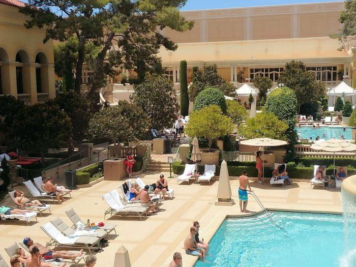 ベラージオホテルのプール。コロナ前ほどの賑わいはないが、宿泊客は増えつつある。