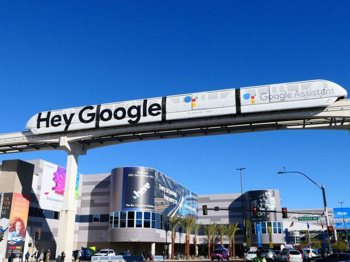 Google の宣伝が描かれたモノレール
