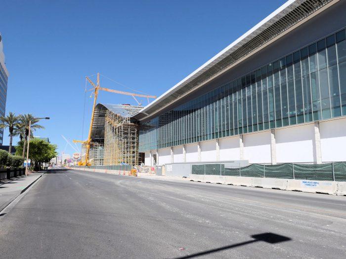 まもなく完成する巨大な West Hall。