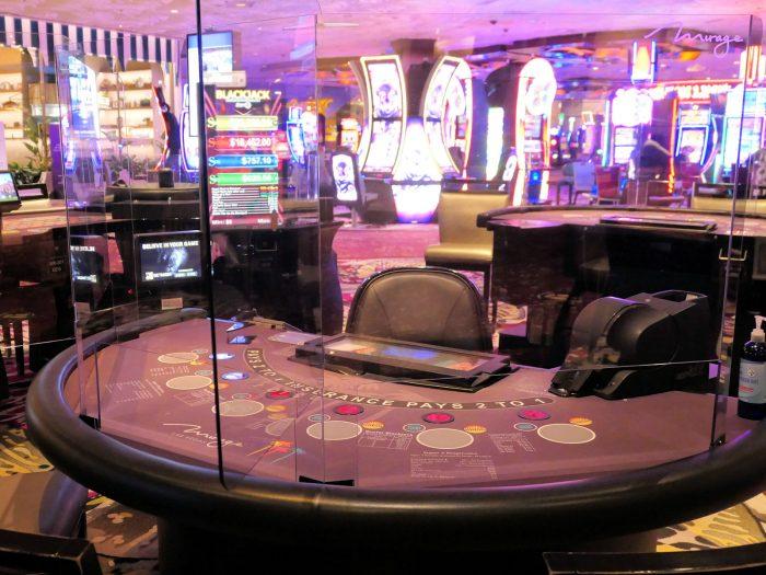 カジノ内のブラックジャックテーブル