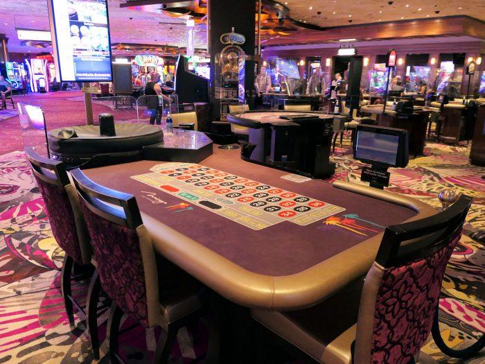 カジノ内のルーレットテーブル