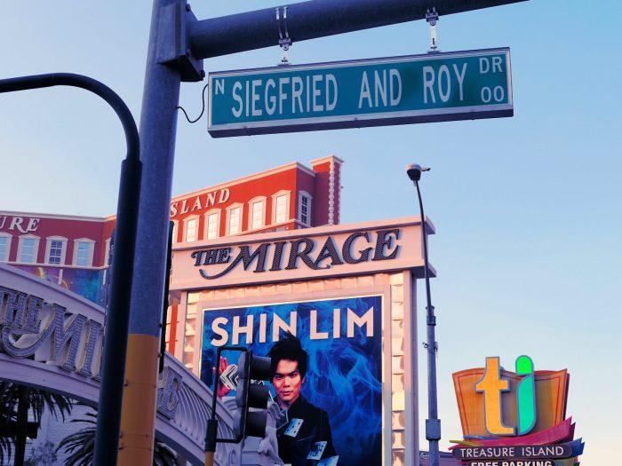 ストリップ大通りからの進入路