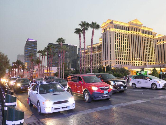 シーザーズパレス前のストリップ大通り。車両が一時期よりも急増。