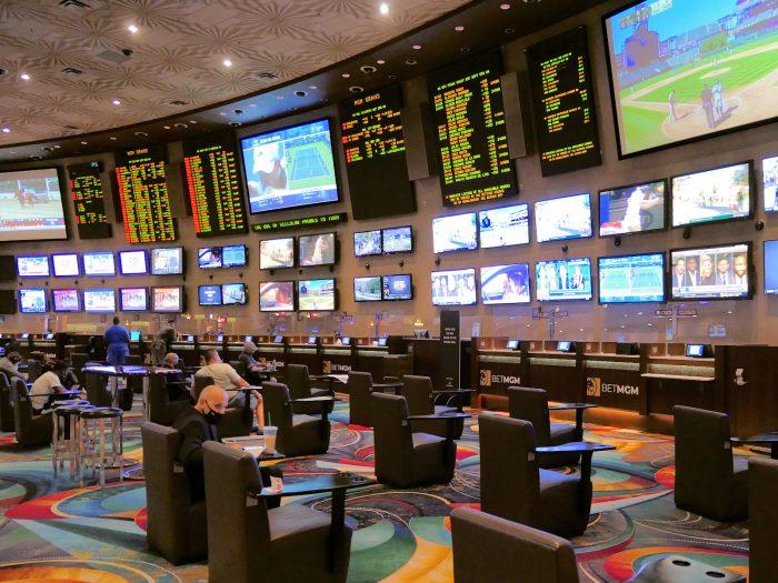 MGMグランドのスポーツブック。ソーシャルディスタンスを保つために座席は間引きされている。