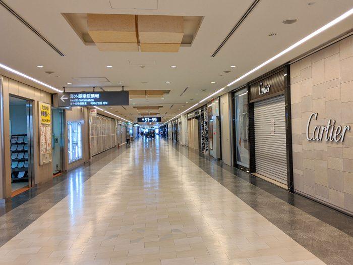 成田空港の南ウィングのショッピング街。ほとんどの店が休業中。