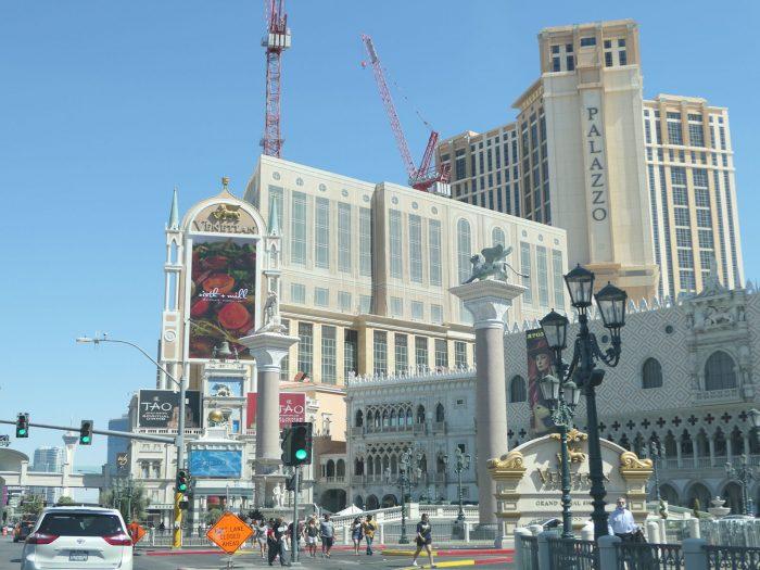 画面中央部分の建造物がこの物件。右奥に見えるのがパラッツォホテル。