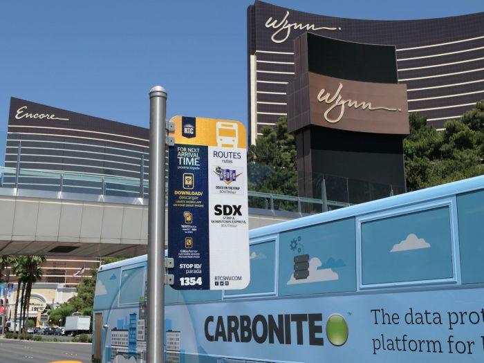 SDX のバス停と車両(画面下半分の水色の部分)。