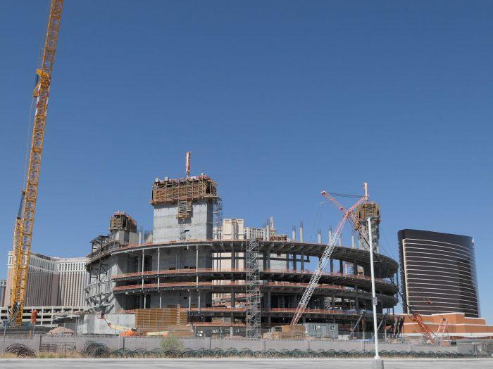 MSG Sphere の建設現場。左後方はベネチアンホテル、右後方はウィンホテル。