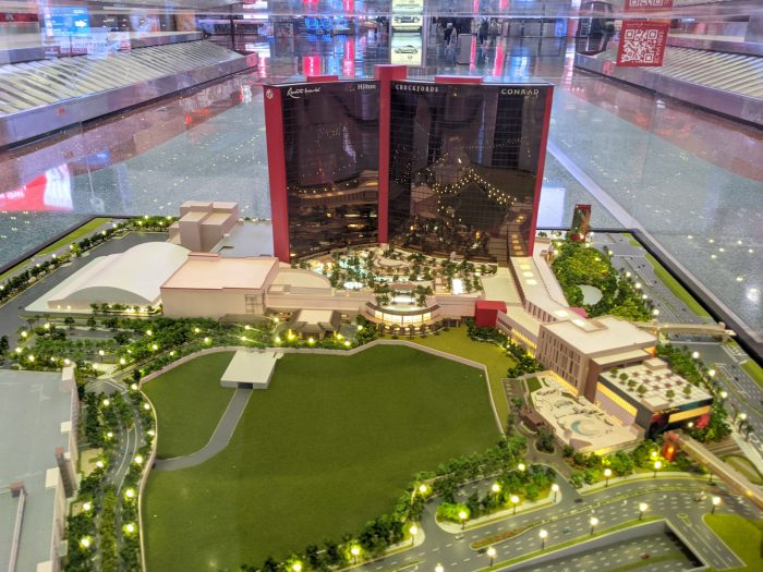 ラスベガス国際空港の到着ロビーに展示されている同ホテルの模型。