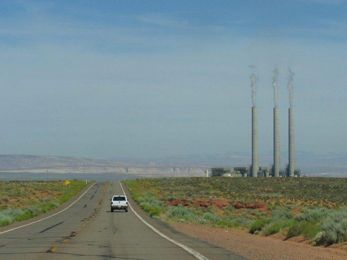 高くそびえるナバホ発電所の煙突。これが灯台の役目を果たしていた。